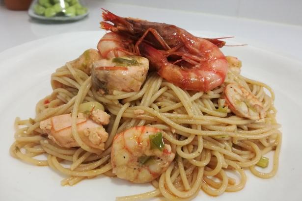 Espaguetis amb gamba vermella i salmó